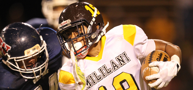 Vavae Malepeai tried to get past Waianae's Johnathan Rosa-Sinclair. (Darryl Oumi / Special to the Star-Advertiser)