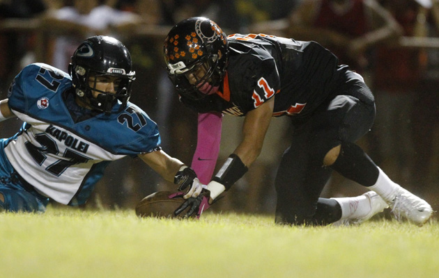 Campbell receiver Jayce Bantolina recovered the ball ahead of Kapolei's Tristan Centeio for a touchdown in the first quarter. (Krystle Marcellus / Star-Advertiser)