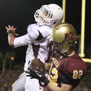 Castle's Kyle Urasaki pulled in a TD pass against Farrington. (George F. Lee / Star-Advertiser)
