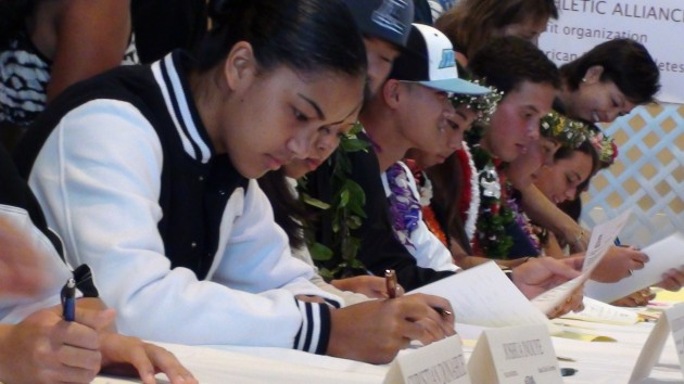 Two-sport standout Alohi Robins-Hardy signed with BYU this morning. (Paul Honda / Star-Advertiser)