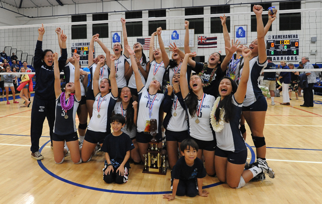 Kamehameha players celebrated their championship victory on Friday night. (Rick Ogata / Special to the Star-Advertiser)