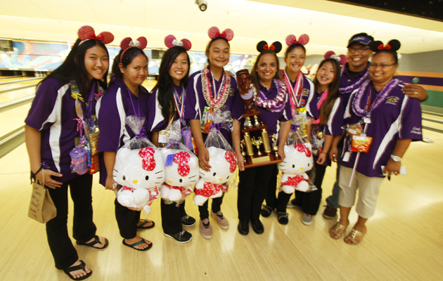 Pearl City's girls team, from left, Tamilyn Ogawa, Sasha Nomura-Calistro, Kylie Malilay-Madrona, Ashlyn-Rae Castro, coach Millie Gomes, Kristin Frost, Chelsi Morishige, and assistant coaches Tony Madrona and Davelyn Pao. (Dennis Oda / Star-Advertiser)