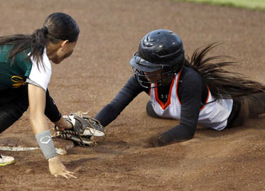 Campbell's Ashlyn Yagin beat the ball to the bag ahead of Leilehua's Chenoa Au on Thursday. Photo by Krystle Marcellus.