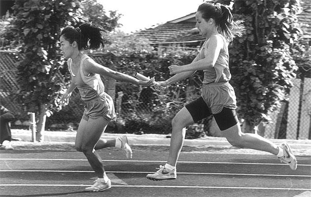Lea Lambardi passed the baton to anchor Elise Tsugawa to help Punahou win the 1990 relay. Photo by Greg Yamamoto.